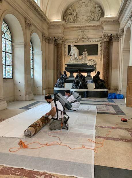 Dépoussiérage de tapisseries des Gobelins sous la coupole de l'Institut de France.