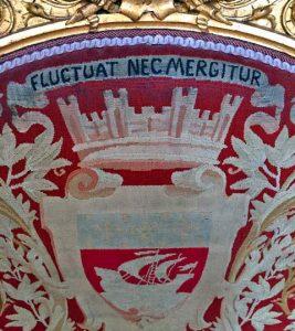 """""""Fluctuat nec mergitur"""". La tapisserie des sièges reprend le blason de la ville de Paris : un vaisseau surmonté d'une couronne murale de 4 tours."""