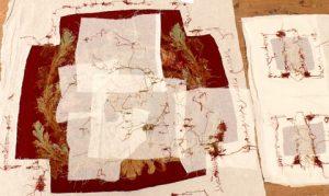 Le revers de la tapisserie montre les points de fixation et de restauration de l'assise et des manchettes d'un siège en tapisserie