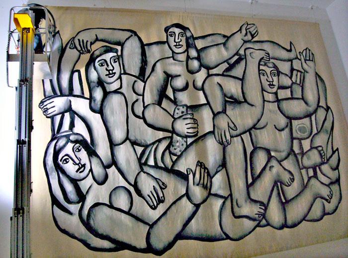 """Dépoussièrage de la tapisserie """"Les Baigneuses"""" exposée au musée Fernand Léger de Biot."""
