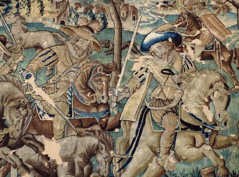 """""""La chasse à l'épieu"""", tapisserie d'Aubusson fin XVIe traitée en conservation sur un tissu de support de couleur environnante beige. Restauration conservation d'une tapisserie d'Aubusson fortement endommagée."""