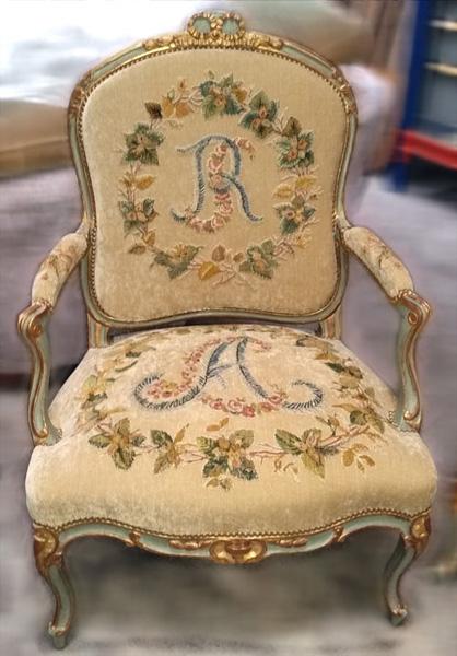 Restauration de siège avec motifs de tapisserie brodés en application