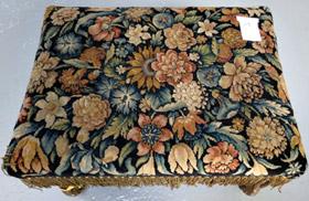 Restauration de tabourets recouverts en tapis de savonnerie tissés aux Gobelins (époque Louis XIII).